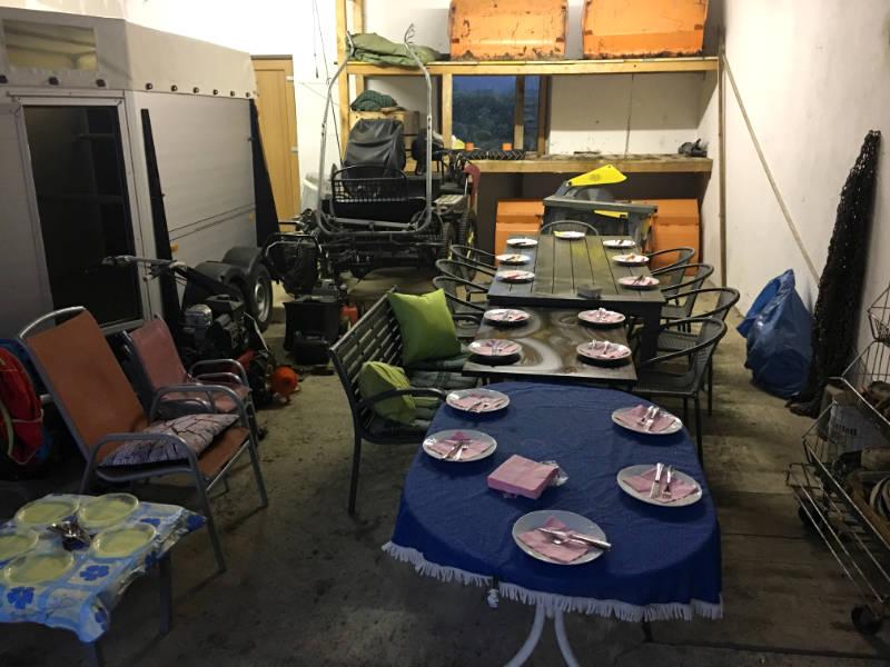 Grillieren bei Gewitter: Essen in der Garage