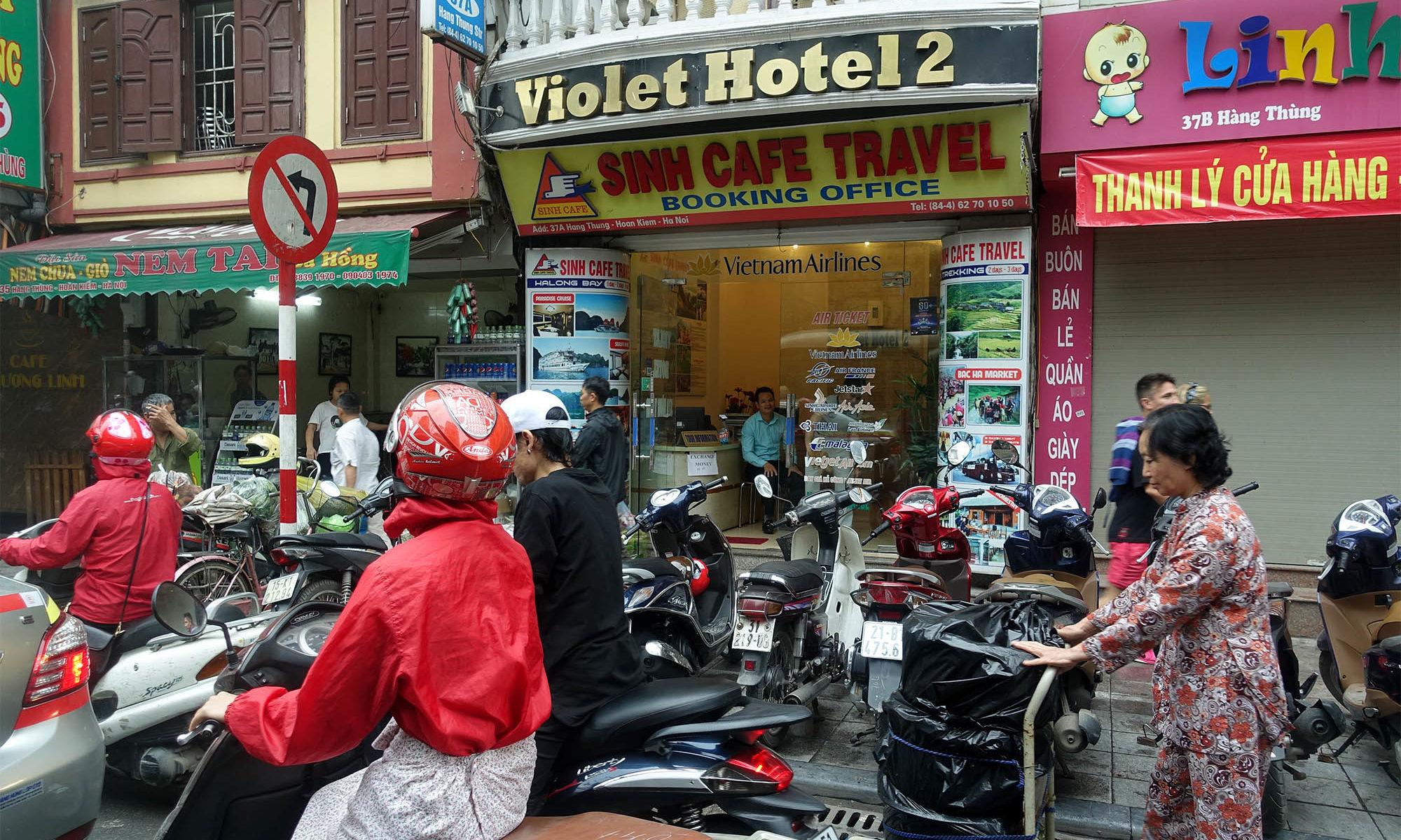 Verkehr: Roller und Fussgänger in Hanoi