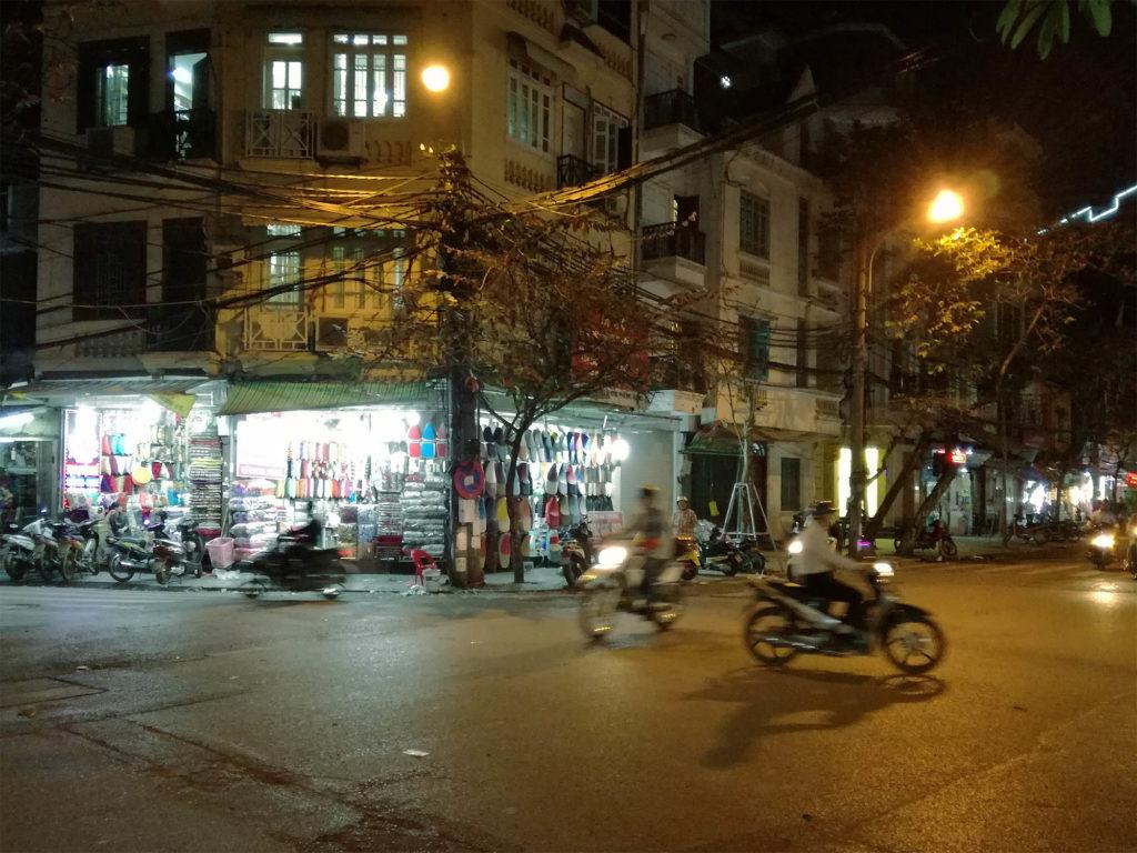 In der Nacht ist es etwas ruhiger in Hanoi.
