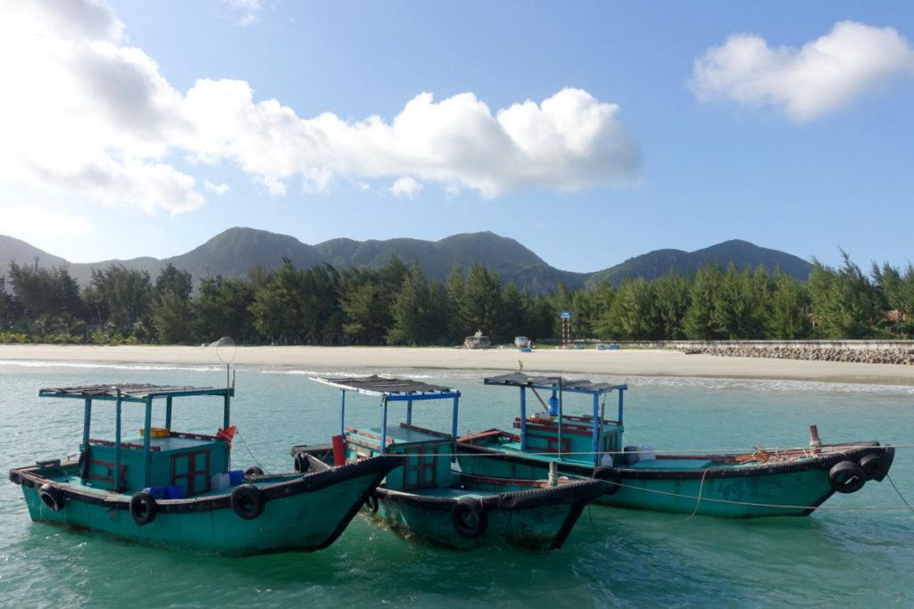 Hafen und einer der Strände von Con Son, Vietnam