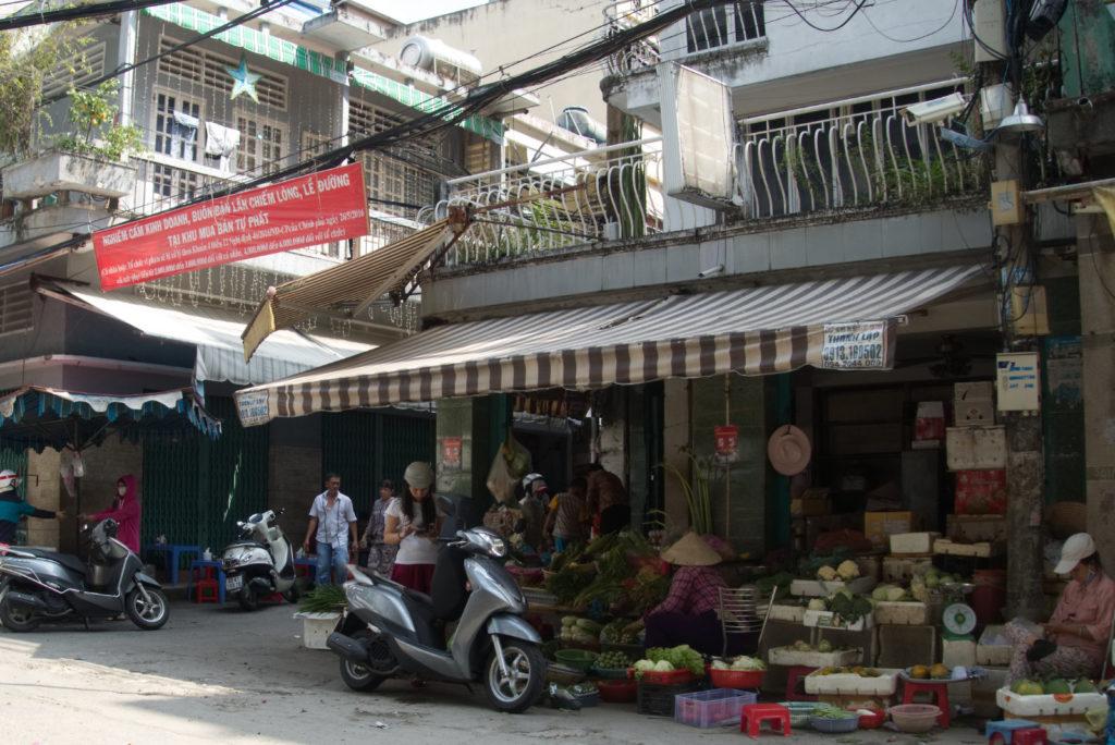 Ein Markt in einer ruhigen Seitengasse in Ho Chi Minh City.