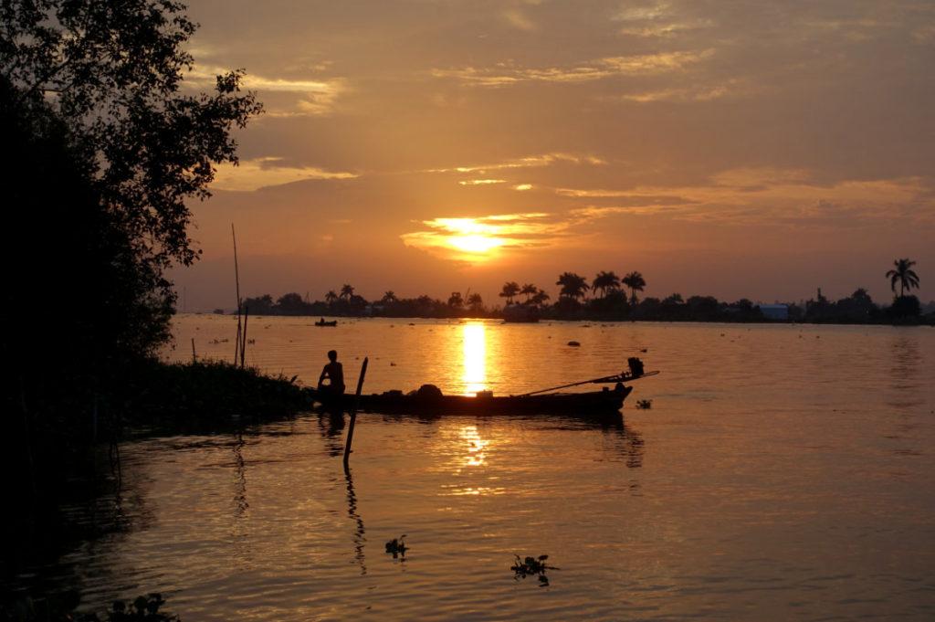 Sonnenuntergang im Mekong-Delta. Und rechtzeitig schob sich ein Fischer ins Bild. Kitsch in echt.