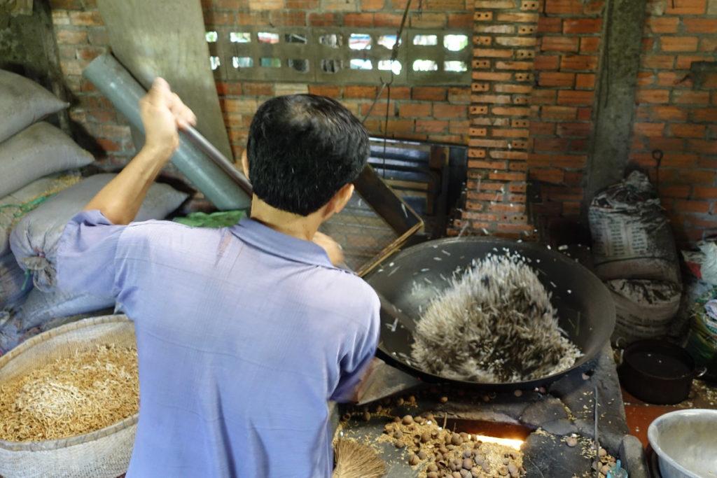 «Poprice» aus dem Mekong-Delta: In einer heissen Pfanne werden Mekong-Sand und Reiskörner gemischt. Und puff!