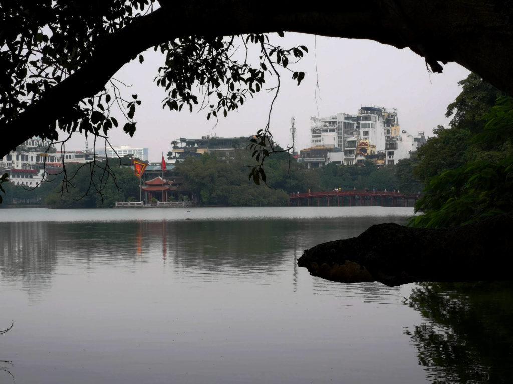 Der Schwertsee (Hoan-Kiem-See) im Zentrum von Hanoi, Vietnam, Südostasien.