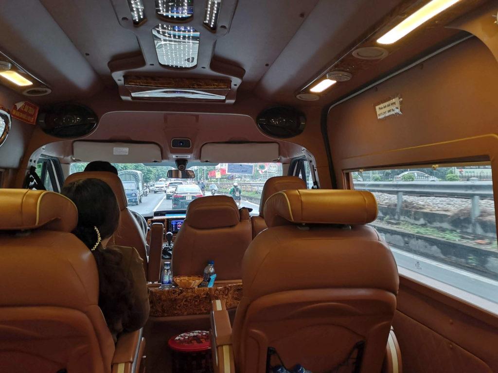 Im Minibus von Hanoi nach Ninh Binh.